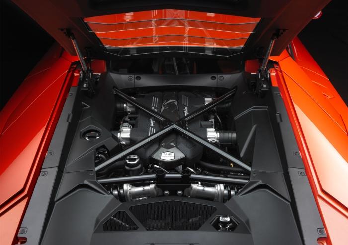 Lamborghini-Aventador-LP700-4-Engine